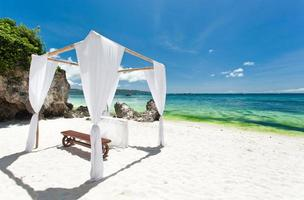 Hochzeitsbogen am karibischen Strand foto