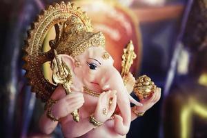 Hindu-Gott Ganesha Herr des guten Omens in dramatischem Licht foto