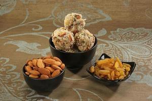 indische Süßigkeiten Trockenfrucht und Kokosnuss Ladoo foto