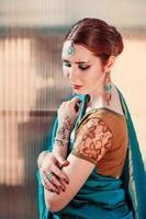 das Mädchen im blauen indischen Kostüm. foto