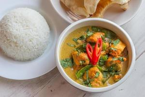indisches grünes Curry mit Basmatireis und Papadums