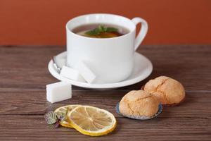 schwarzer Tee mit Minze foto