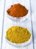 Curry und Paprikapulver foto