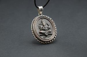 Dekor des indischen Gottes auf einem grauen Hintergrund.