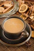 würziger Kaffee mit Milch foto
