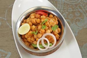 Chole mit Puri oder Chana Masala mit puri indischem Essen