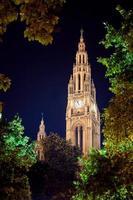gotischer Gebäudeturm des Wiener Rathauses foto