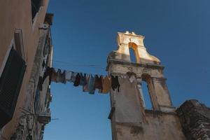 alte Gebäude in Griechenland, wo Wäsche im Sonnenschein trocknet. foto