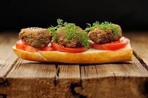 Linsen-Pastetchen-Sandwich mit Tomaten- und Karottengrün foto
