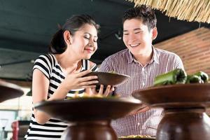 Leute, die Essen am indonesischen Buffet im Restaurant wählen foto
