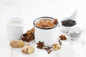 Masala Tee und Zutaten foto