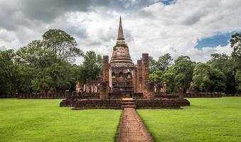 Elefantenstatuen um Pagode am alten Tempel foto