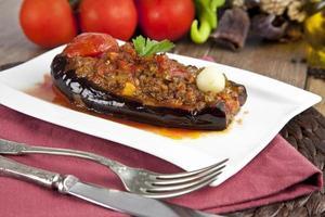 türkisches traditionelles Auberginen-Auberginenmehl - Karniyarik (zerrissener Bauch) foto