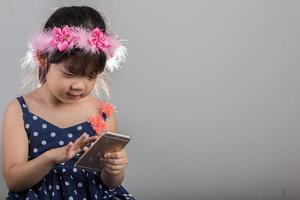 Kind mit Smartphone-Hintergrund / Mädchen spielt Smartphone-Hintergrund foto
