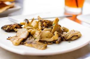 frisch gegrillte Austernpilze. foto