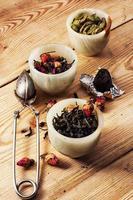 Sorten von trockenen, duftenden Teeblättern foto