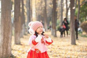 kleines Mädchenkleid im schneeweißen Kostüm im Wald