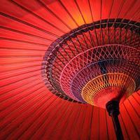 Nahaufnahme eines Wagasa, eines roten traditionellen japanischen Regenschirms foto