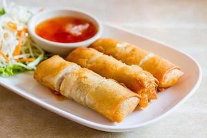gebratene chinesische traditionelle Frühlingsrollen Essen - Thailand