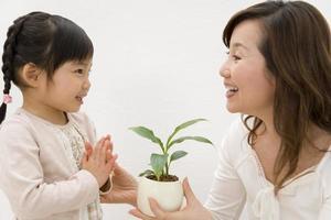 Frau und Kind schauen sich mit einem Lächeln an foto
