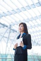 lächelnde nachdenkliche Geschäftsfrau foto