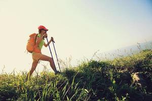 junge Frau, die auf Bergpfad am Meer wandert
