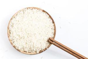 Reis mit Holzschale auf weißem Hintergrund foto