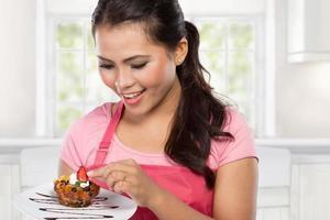 Frau, die Schokoladenkuchen isst foto
