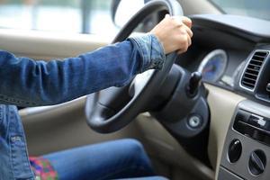 junge asiatische Fahrerin, die Auto fährt