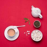 grüner Tee auf roter Tischdecke.