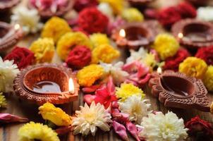 bunte Ton-Diya-Lampen, die während der Diwali-Feier beleuchtet werden