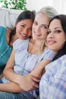 glückliche Freunde, die in die Kamera lächeln foto
