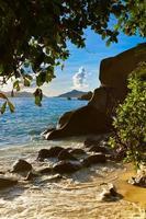 Sonnenuntergang am Strand Quelle d'argent auf den Seychellen