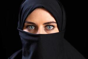 muslimische Frau, die den Gesichtsschleier trägt foto