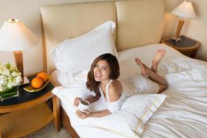 Morgenkaffee im Bett foto