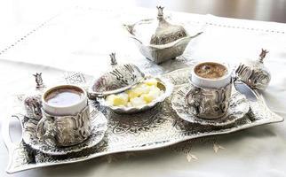 türkischer Kaffee mit Genuss und traditionellem Silber-Servierset foto