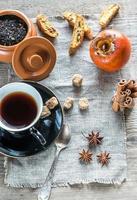 Früchtetee mit Gewürzen und Keksen foto