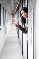 Frau, die aus dem Zugtürcoupé schaut foto