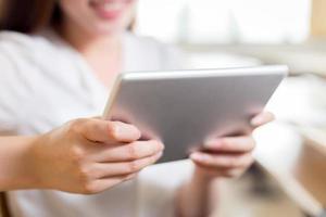 asiatische schöne Studentin studieren mit Tablette im Klassenzimmer foto
