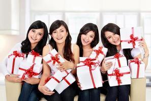 Frauengruppe mit vielen Geschenkboxen foto