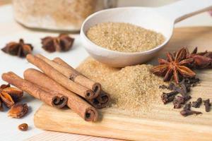 brauner Zucker, Zimtstangen, Sternanis und Nelken