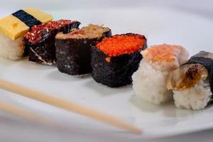 Sushi auf einem Teller foto