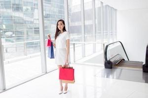 chinesischer asiatischer Käufer, der glücklich lächelt