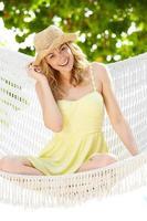 Frau, die in Strandhängematte entspannt foto