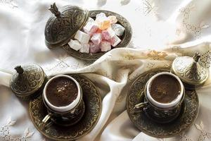 türkischer Kaffee mit Genuss und traditionellem Kupfer-Servierset foto