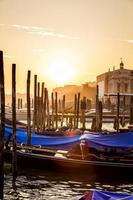 Blick auf Venedig bei Sonnenuntergang mit Gondeln