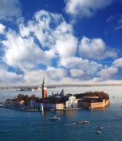 Insel San Giorgio mit Booten in Venedig, Italien foto