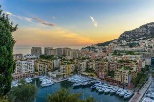 Luftaufnahme von Monaco bei Sonnenuntergang foto