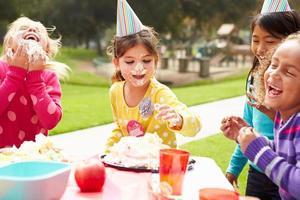 Gruppe von Mädchen mit Geburtstagsfeier im Freien
