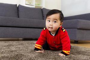 Baby krabbelt zu Hause foto